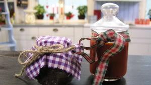 Tapenade och hemmalagad ketchup i glasburkar