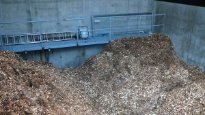 Den mängd av biobränslet träflis som ryms i detta lager räcker för ett veckoslut.