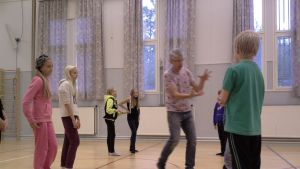 Kurt Rusk instruerar femmorna och sexorna i Taklax skola under en dramalektion.