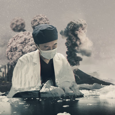 kollagebild av asiatisk man med munskydd. runt om honom och i bakgrunden finns svampmoln och smältande isberg och vulkanutbrott