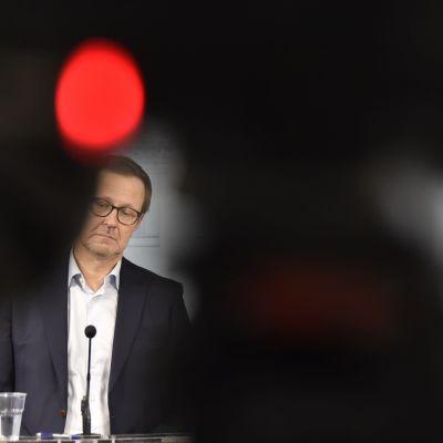 Känkänen och Haatainen står bakom var sin mikrofon.
