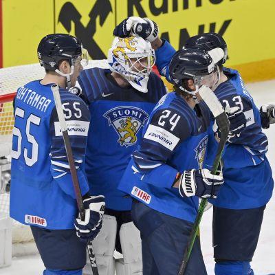 Suomen pelaajat juhlivat voittoa Yhdysvalloista MM-kisojen avausottelussa.