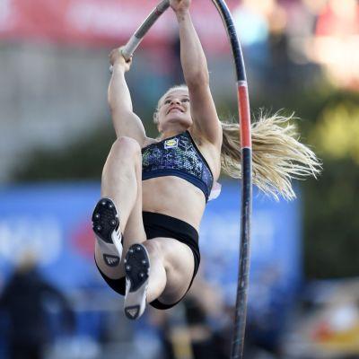 Saga Andersson hoppar stav i Åbo.
