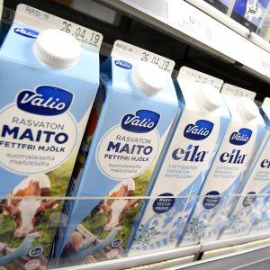 Mjölkburkar av Valio i en butikshylla.