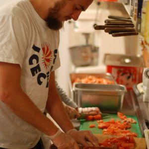 Carl Fohlin lagar soppa inför Härkmeridagen