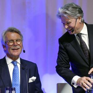 Björn Wahlroos och Casper von Koskull fotograferade vid en presskonferens.