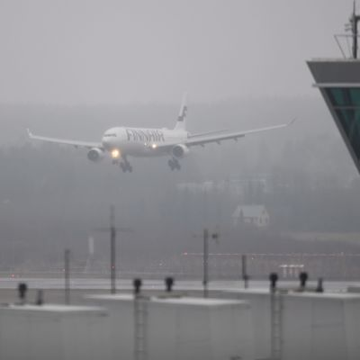 Ett Finnairplan landar i dis vid Helsingfors-Vanda flygplats.