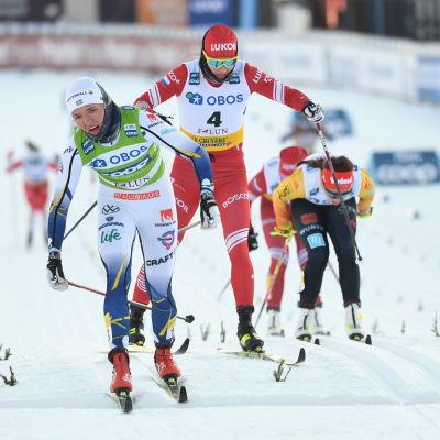 Linn Svahn åker i mål före Julia Stupak (4) och Therese Johaug (5).