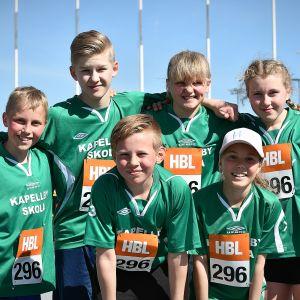 Kapellby skola från Lappträsk vann den första mixedstafetten för lågstadier.