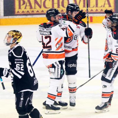 HPK-trio firar mål på isen.