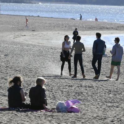 Människor på Sandudds badstrand i Helsingfors den 10 maj 2018.