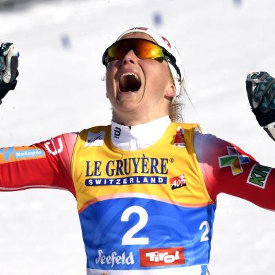 Therese Johaug jublar vid målgång efter sitt VM-guld.