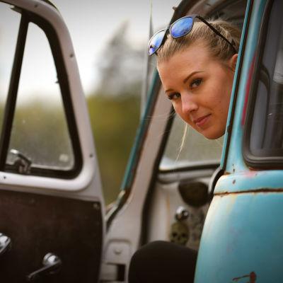 Ida Zetterström tittar ut från bilen