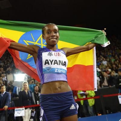 Almaz Ayana med den etiopiska flaggan.