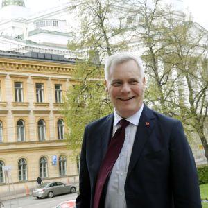Antti Rinne anländer till Ständerhuset.