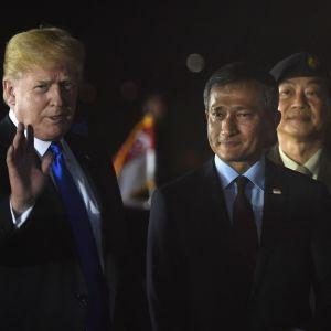 USA:s president Donald Trump välkomnades av Singapores utrikesminister  Vivian Balakrishnan då han landade vid flygbasen Paya Lebar i Singapore på söndagen.