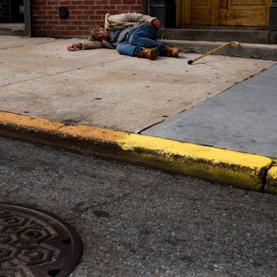 Mies nukkuu jalkakäytävällä Brooklynissä.