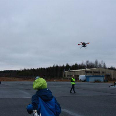 Miehittämättömien ilma-alusten testikeskuksen avajaiset keräsivät yleisöä Mikkelin lentokentälle.
