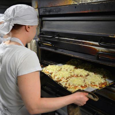Pizzan paistoa Pikku Paussin leipomossa.