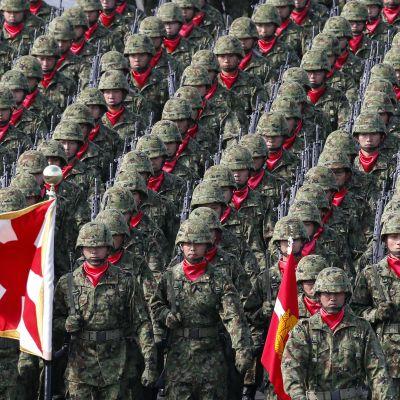 """Uutisvideot: Luopuuko Japani """"itsepuolustusvoimista"""" ja alkaako militarisointi?"""