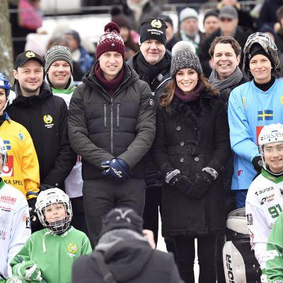 William och Kate omringade av bandyspelare i Stockholm
