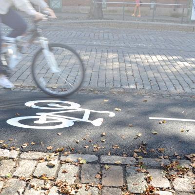 hjulen på cyle på cykelväg