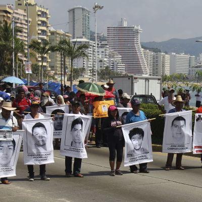 Försvunna studenter i Mexiko, familjer demonstrerar för att få veta vad som har hänt dem