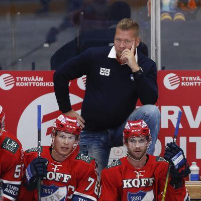 HIFK:n päävalmentaja Jarno Pikkarainen jääkiekon liigajoukkueiden 3v3 Super Series -sarjan ottelussa HIFK vs TPS Tampereella 27. elokuuta 2020.