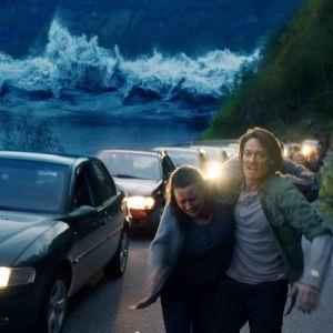 Kristian (Kristoffer Joner) försöker hjälpa grannfrun att komma undan tsunamin.