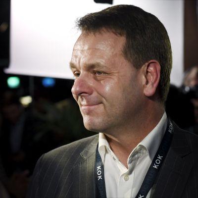 Jan Vapaavuori ser nöjd ut på Samlingspartiets valvaka.
