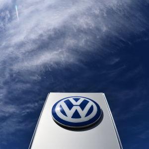 Volkswagens logotyp vid fabriken i Wolfsburg i Tyskland 16.4.2015.