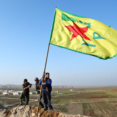 Medlemmar i den kurdiska YPG-gerillan firar sin krigsframgång i Kobane, Syrien, den 26 januari 2015.