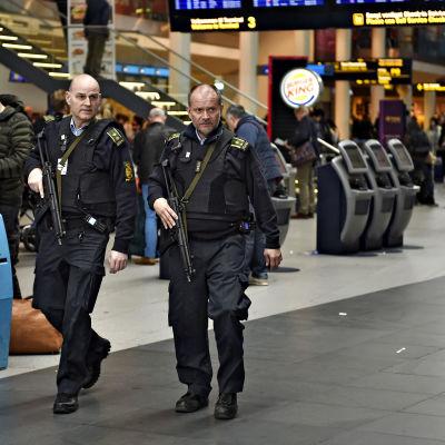 Beväpnad polis patrullerar på flygplatsen Kastrup i Köpenhamn efter explosionerna i Belgien