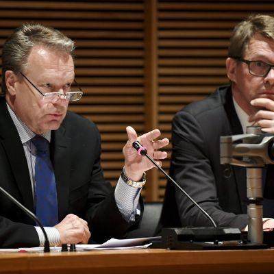 Försvarsutskottets ordförande Ilkka Kanerva (Saml) och utrikesutskottets ordförande Matti Vanhanen vid försvarsutskottets och utrikesutskottets gemensamma presskonferens den 18 maj 2017.