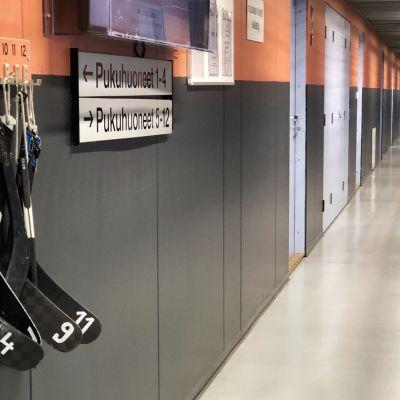 Pelicansien harjoitushallin pukuhuonekäytävä