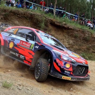 Hyundain Thierry Neuville vauhdissa Portugalin MM-rallissa 2021.