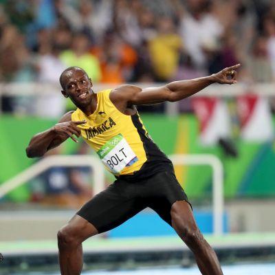 Usain Bolt gör sin segergest.