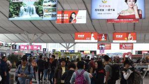 Reklamskyltar inne i en kinesisk tågstation