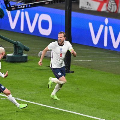 Harry Kane ja Phil Foden juhlivat Kanen maalia.