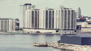 Fotot från 1970-talet visar Havshagen från havet en solig sommardag. En vattenfärja kör förbi i förgrunden.