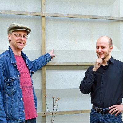 Klaus Kojo och Tomas Palmgren funderar hur man kunde pigga upp en betongvägg.