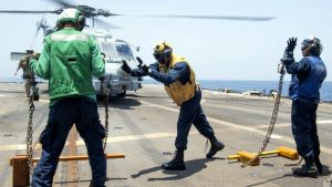 Helikopterdäcket på den amerikanska jagaren USS Mason.