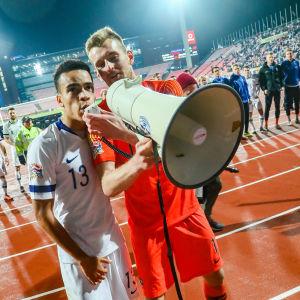 Lukas Hradecky och Pyry Soiri tackar Finlands fans.