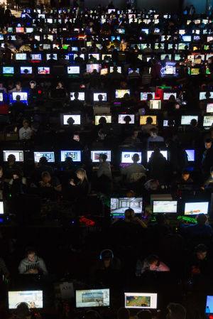 Värikkäitä tietokoneruutuja ASSEMBLY-tapahtumassa.