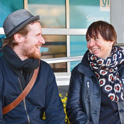 Sebastian weckman och Ylva Larsdotter diskuterar glatt, utomhus