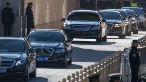 Kim Jong-Uns bilkortege lämnade järnvägsstationen i Peking så obemärkt som möjligt