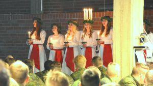 Finlands lucia uppträder på Nylands brigad.