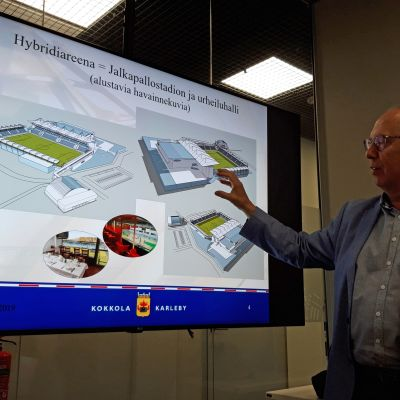 Jarmo Nissi esittelee alustavia havainnekuvia Kokkolaan suunnitellusta hybridiareenasta.