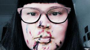 Varja har fått måla Marias ansikte med ansiktsfärger