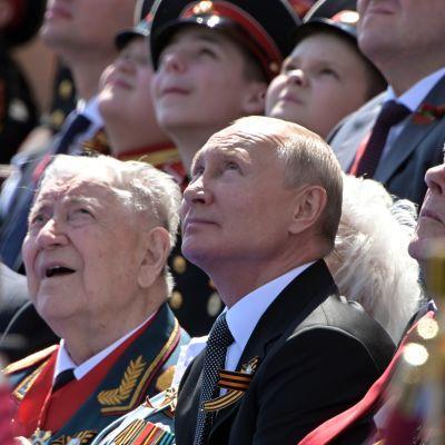 Presidentti Putin ja sotaveteraaneja